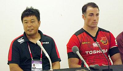 東芝ブレイブルーパスの瀬川監督(左)、カフイ キャプテン