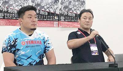 ヤマハ発動機ジュビロの清宮監督(右)、山本ゲームキャプテン