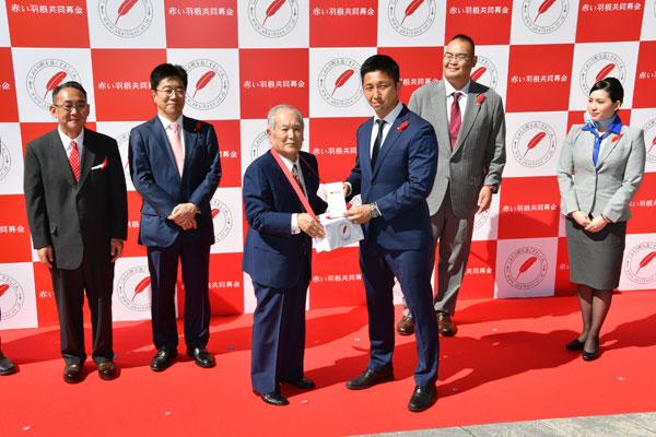 募金を贈呈する稲橋選手