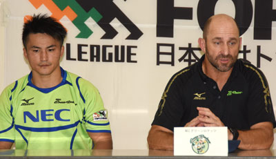 NECグリーンロケッツのラッセル ヘッドコーチ(右)、森田 共同キャプテン