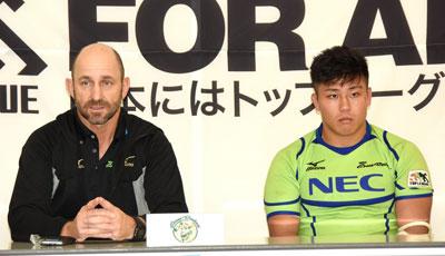 NECグリーンロケッツのラッセル ヘッドコーチ(左)、亀井 共同キャプテン