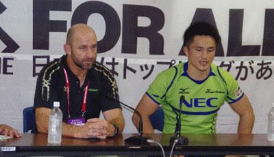NECグリーンロケッツのラッセル ヘッドコーチ(左)、森田キャプテン