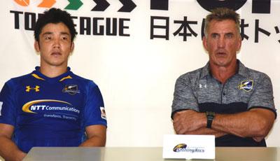 NTTコミュニケーションズシャイニングアークスのペニー ヘッドコーチ(右)、金キャプテン