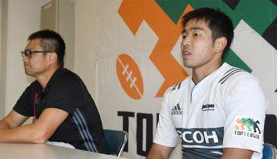 リコーブラックラムズの神鳥監督(左)、濱野キャプテン