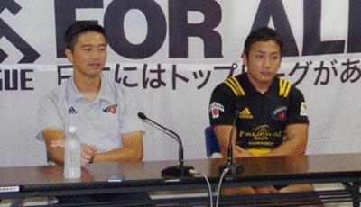 サントリーサンゴリアス沢木監督(左)、流キャプテン