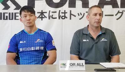 豊田自動織機シャトルズのホールデン ヘッドコーチ(右)、松本キャプテン