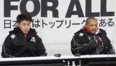 キヤノンイーグルスのクッツェー監督(右)、嶋田キャプテン