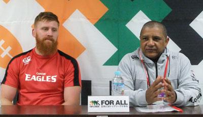 キヤノンイーグルスのクッツェー ヘッドコーチ(右)、カーク ゲームキャプテン