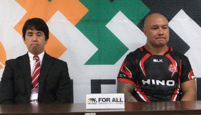 日野レッドドルフィンズの細谷監督(左)、ラトゥ ゲームキャプテン