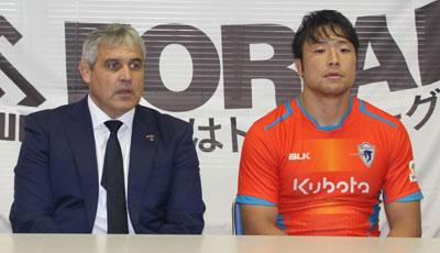 クボタスピアーズのルディケ ヘッドコーチ(左)、四至本ゲームキャプテン