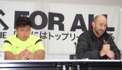 NECグリーンロケッツのラッセル ヘッドコーチ(右)、亀井キャプテン