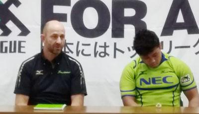 NECグリーンロケッツのラッセル ヘッドコーチ(左)、亀井キャプテン