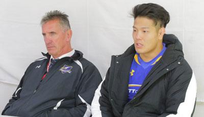 NTTコミュニケーションズシャイニングアークスのペニー ヘッドコーチ(左)、鶴谷ゲームキャプテン