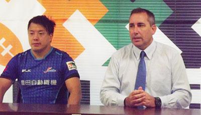 豊田自動織機シャトルズのホールデン ヘッドコーチ(右)、河合ゲームキャプテン