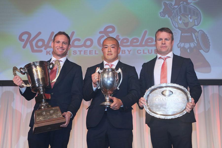 15年ぶりにトップリーグ制覇を成し遂げた神戸製鋼(左からエリス主将、前川主将、ディロンHC) photo by Kenji Demura
