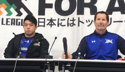 パナソニックワイルドナイツのディーンズ監督(右)、坂手ゲームキャプテン