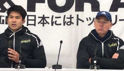 トヨタ自動車ヴェルブリッツのホワイト監督(右)、姫野キャプテン