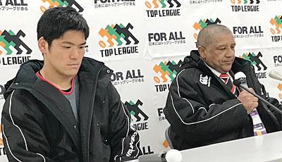 キヤノンイーグルスのクッツェー ヘッドコーチ(右)、三友ゲームキャプテン