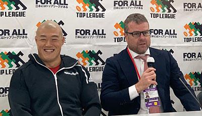 神戸製鋼コベルコスティーラーズのディロン ヘッドコーチ(右)、前川キャプテン