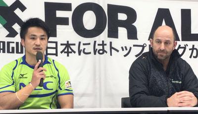 NECグリーンロケッツのラッセル ヘッドコーチ(右)、森田キャプテン