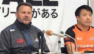 豊田自動織機シャトルズのダグラス ヘッドコーチ代行(左)、河合ゲームキャプテン