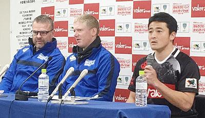 トップリーグ選抜のディロン監督(左)、日和佐キャプテン