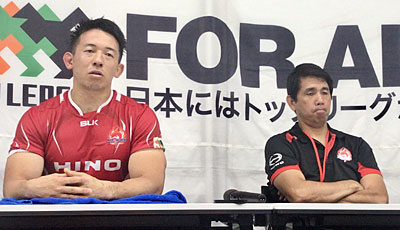 日野レッドドルフィンズの細谷監督(右)、村田キャプテン