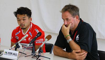 釜石シーウェイブスのピアース ヘッドコーチ(右)、小野キャプテン