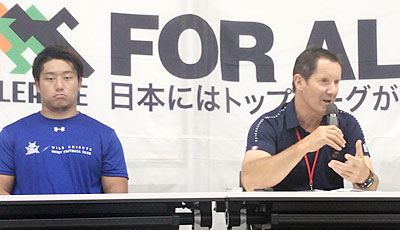 パナソニック ワイルドナイツのディーンズ監督(右)、谷ゲームキャプテン
