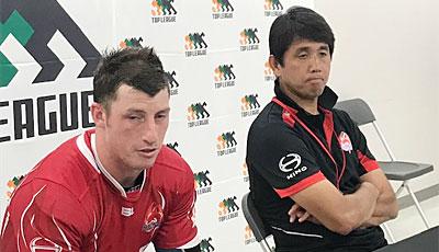 日野レッドドルフィンズの細谷監督(右)、クリップス選手