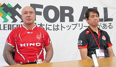 日野レッドドルフィンズの細谷直監督(右)、ラトゥ ゲームキャプテン