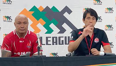 日野レッドドルフィンズの細谷GM兼監督(右)、ラトゥ ゲームキャプテン