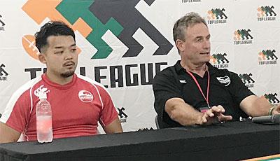 釜石シーウェイブスRFCのピアース ヘッドコーチ(右)、小野キャプテン