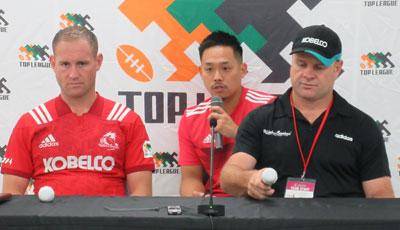 神戸製鋼コベルコスティーラーズのディロン ヘッドコーチ(右)、エリス キャプテン
