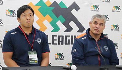 クボタスピアーズのルディケ ヘッドコーチ(右)、青木ゲームキャプテン