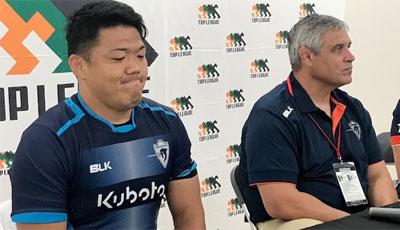 クボタスピアーズのルディケ ヘッドコーチ(右)、杉本ゲームキャプテン
