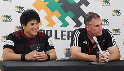 NTTドコモレッドハリケーンズのブリューワー ヘッドコーチ(右)、金ゲームキャプテン