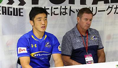 NTTコミュニケーションズシャイニングアークスのリースエドワード ヘッドコーチ(右)、金キャプテン