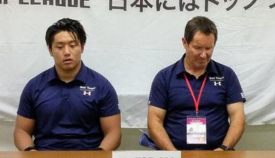 パナソニック ワイルドナイツのディーンズ監督(右)、谷キャプテン