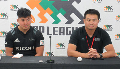 リコーブラックラムズの神鳥監督(右)、松橋ゲームキャプテン