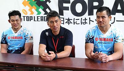 ヤマハ発動機ジュビロの堀川監督(中央)、名嘉キャプテン(右)、舟橋選手