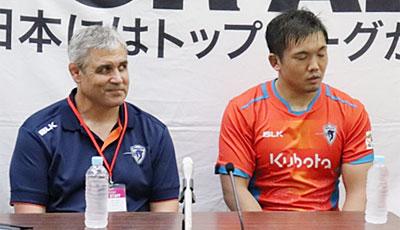 クボタスピアーズのルディケ ヘッドコーチ(左)、青木主将
