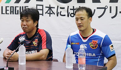 東芝ブレイブルーパスの瀬川監督(左)、小川主将