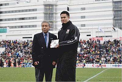 マン・オブ・ザ・マッチを受賞する田村優選手