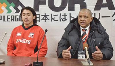 キヤノンイーグルスのクッツェー ヘッドコーチ(右)、嶋田キャプテン