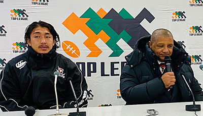 キヤノンイーグルスのクッツェー ヘッドコーチ(右)、嶋田共同キャプテン