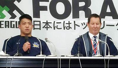 パナソニック ワイルドナイツのディーンズ監督(右)、坂手キャプテン