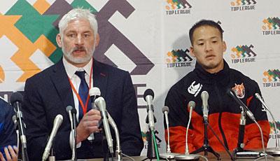 東芝ブレイブルーパスのブラックアダー ヘッドコーチ(左)、小川共同キャプテン