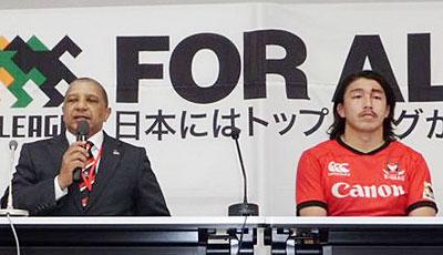 キヤノンイーグルスのクッツェー ヘッドコーチ(左)、嶋田キャプテン