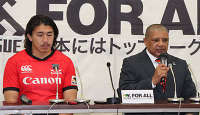キヤノンイーグルスのクッツェー ヘッドコーチ(右)、嶋田 共同キャプテン